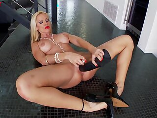 Sultry MILF Sandy uses a eminent fake black unearth in her clam